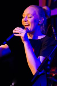 Sängerin Bine Trinker singt live im Jazzclub Unterfahrt München