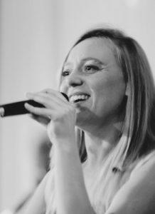 Sängerin Bine Trinker singt in der Kirche bei einer Taufe in München