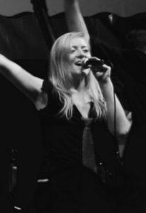 Sängerin Bine Trinker tritt live auf dem Tollwood München auf