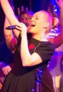 Viele Hörproben online: Sängerin Bine Trinker singt live im Jazzclub Unterfahrt in München.